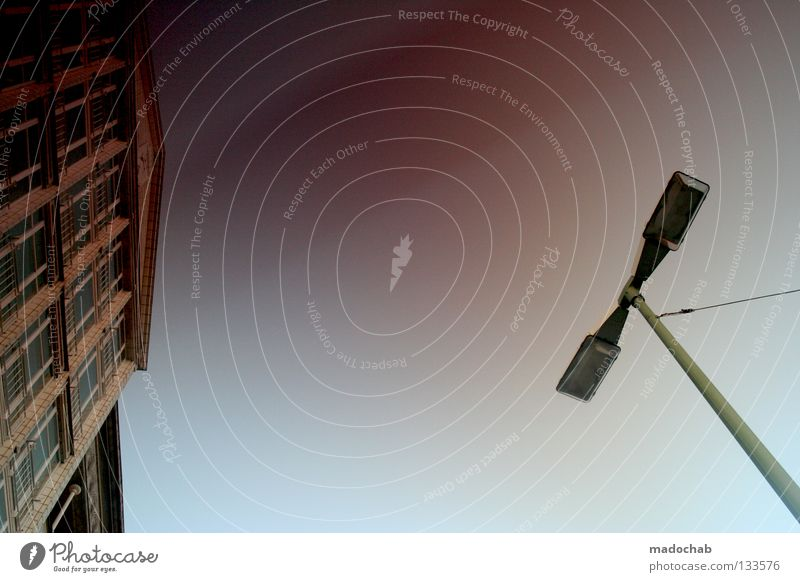 HELLO WORLD | URBANESQUE CHIQUE Himmel blau Stadt Haus Freiheit Gebäude Architektur Fassade Laterne Denkmal Wahrzeichen Sonnenbrille Straßenbeleuchtung schick Farbverlauf angekettet