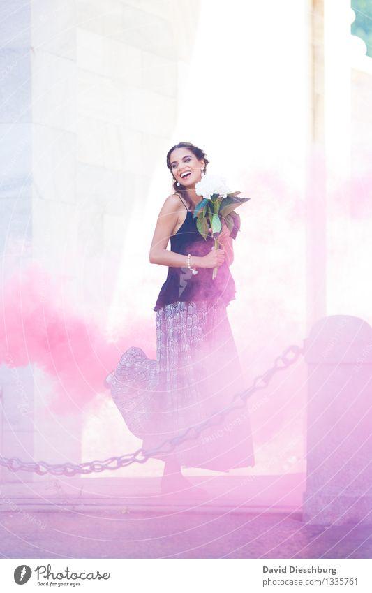 Tanz im Rauch feminin Junge Frau Jugendliche Körper 1 Mensch 18-30 Jahre Erwachsene Stadt Kleid brünett blau gelb violett weiß Freude Glück Fröhlichkeit