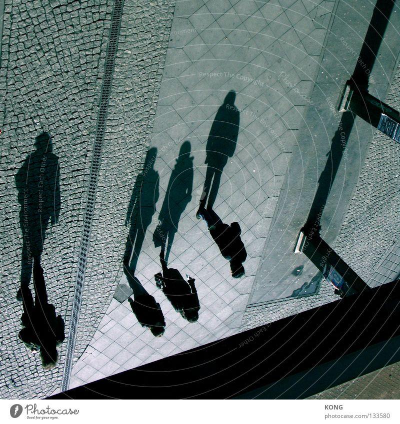 peterpanisch Mensch Stadt Straße dunkel Stein gehen laufen Perspektive Brücke Spaziergang Vergänglichkeit Schatten Bürgersteig Verkehrswege drehen Fußgänger