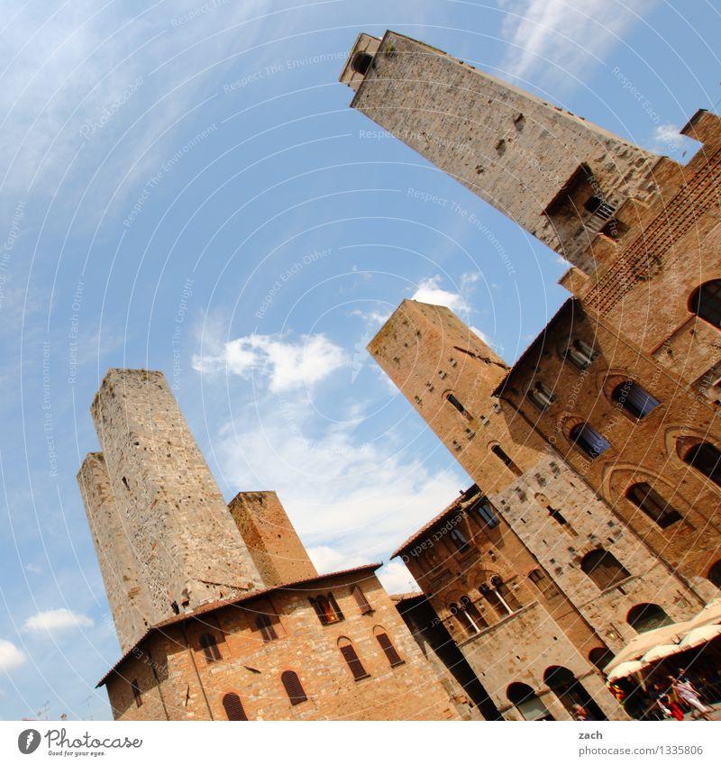 Sommerschlußverkauf der Eitelkeiten blau Haus Wand Architektur Gebäude Mauer Religion & Glaube braun Fassade Hochhaus Platz Kirche Italien Turm historisch