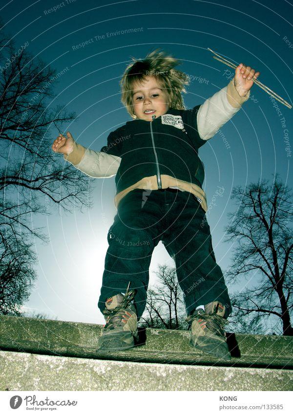 attacke klein Zwerg Kind Kleinkind Wicht süß toben Bewegung Geschwindigkeit leicht Gegenlicht springen hüpfen Funsport Freude cute child Wetter Tanzen Dynamik
