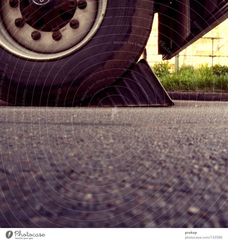 Ausgangssperre Straße Kraft Verkehr Güterverkehr & Logistik Pause stoppen Lastwagen Dienstleistungsgewerbe Barriere Rolle bewegungslos KFZ Teer stagnierend