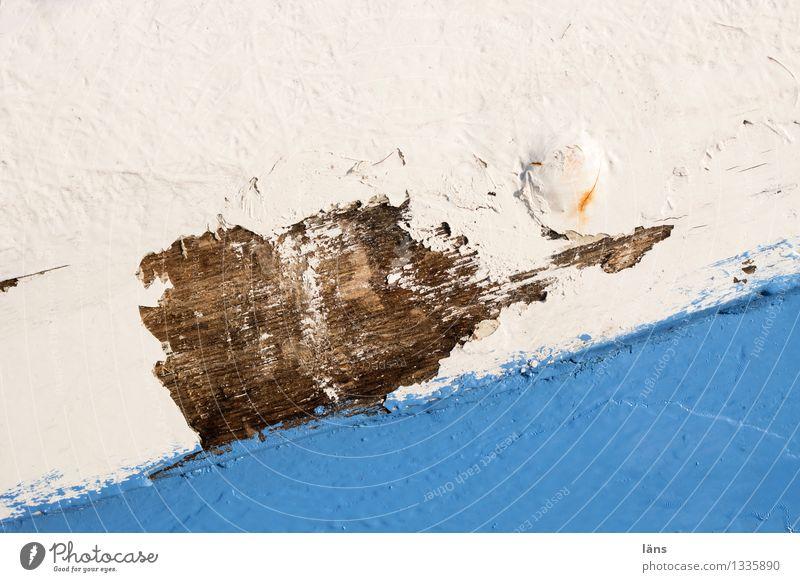 Wellenreiten Schifffahrt Fischerboot Wasserfahrzeug Holz einfach maritim blau weiß Beginn Bewegung Entschlossenheit Farbe Farbstoff gestrichen diagonal Farbfoto