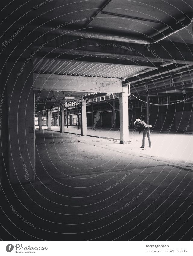 Lichtblick. Freizeit & Hobby Sightseeing maskulin Mann Erwachsene 1 Mensch Industrieanlage Fabrik Ruine Parkhaus Bauwerk Gebäude Architektur Mauer Wand