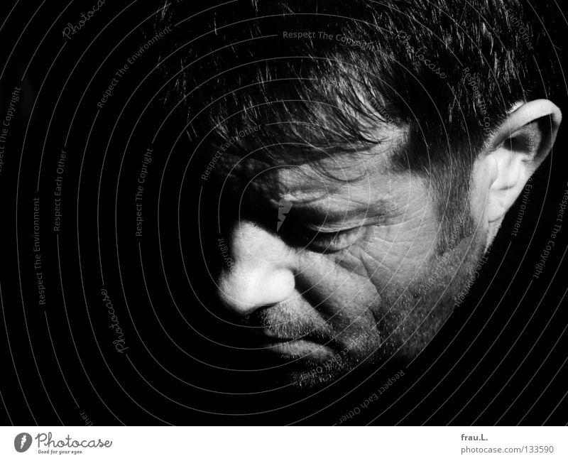 zur Hälfte Mann Sonnenlicht Porträt Sinnesorgane maskulin attraktiv diagonal Konzentration Mensch Nase Ohr Mund typisch 40 plus Gesicht Kontrast
