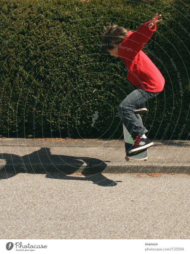 Skate it! I Kind Jugendliche rot Freude schwarz Straße Sport Junge springen Spielen Bewegung Gesundheit Aktion Jeanshose Freizeit & Hobby Asphalt