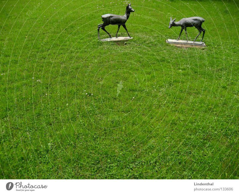 zwei ganze Rehe Wiese Regen Metall Statue Wildtier Fressen Säugetier bewegungslos Bronze Bock