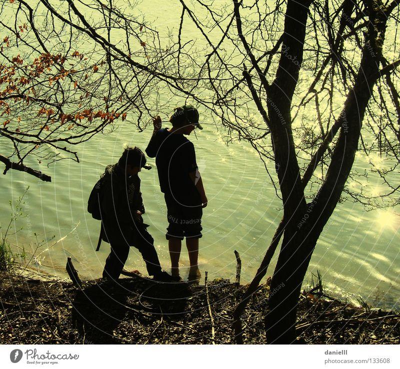 Ufer Sucher Natur Jugendliche Wasser Ferien & Urlaub & Reisen Sonne Sommer Spielen Küste See Freundschaft Freizeit & Hobby wandern nass Abenteuer Pfadfinder