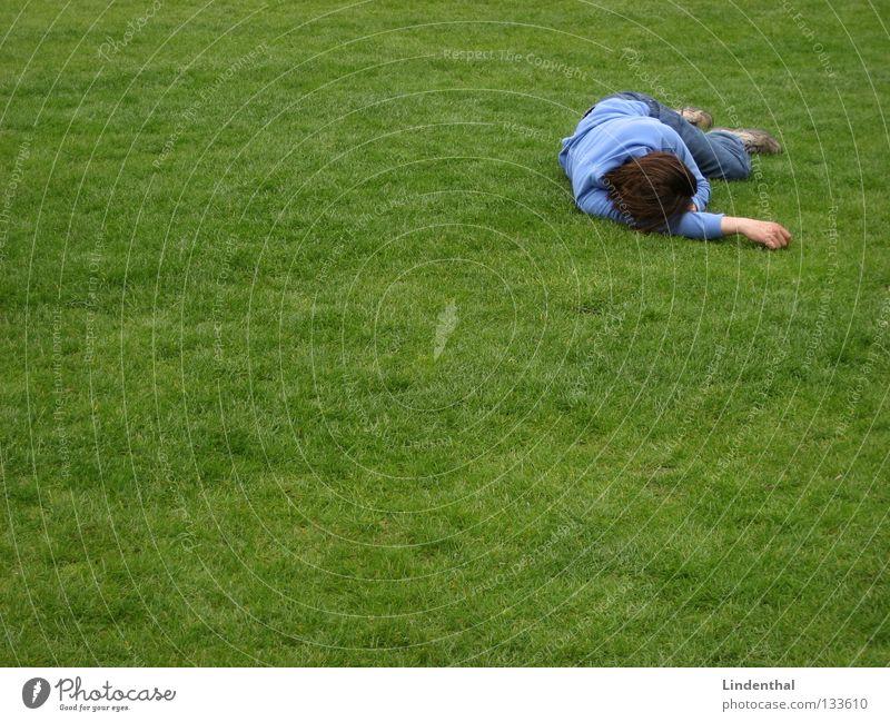 Einfach mal so Pennen! Mann grün blau Wiese Tod schlafen Jeanshose gemütlich fertig Geschnarche