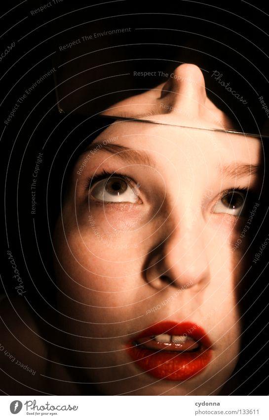 Stirnzinken Frau Licht stehen Gedanke Zeit Gefühle wahrnehmen Stil Lippen bleich Auslöser Sinnesorgane Erkenntnis Spiegel Spiegelbild Blick Perspektive träumen