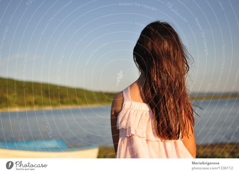 Mädchen mit dem langen Haar, das auf dem Ufer von See steht. Lifestyle schön Ferien & Urlaub & Reisen Ausflug Sommer Sonne Mensch Kind Frau Erwachsene