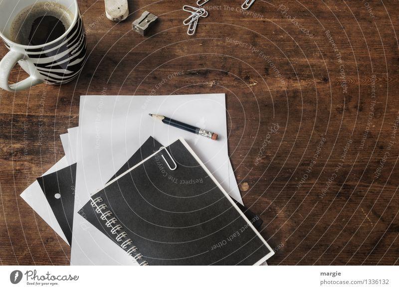 Schreibtisch mit Kaffeetasse, Heften, Bleistift, Büroklammern, Radiergummi und Spitzer alles in schwarz und weiß Getränk Heißgetränk Tasse Berufsausbildung