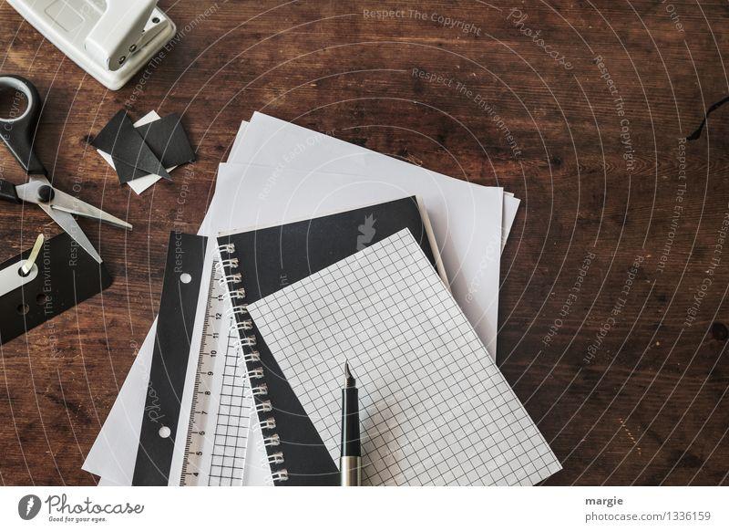 Schreibtisch mit Heften, Papier, Füller, Schere, Hefter, Locher alles in schwarz oder weiß Freizeit & Hobby Bildung Wissenschaften Erwachsenenbildung Schule
