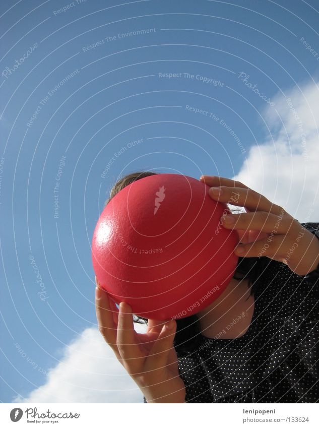 Knutschkugel rot Frau Froschperspektive rund Hand Griff Wolken Sommer Physik heiß Ärger Wut böse Kopfschmerzen gesichtslos Freizeit & Hobby Ball festhalten