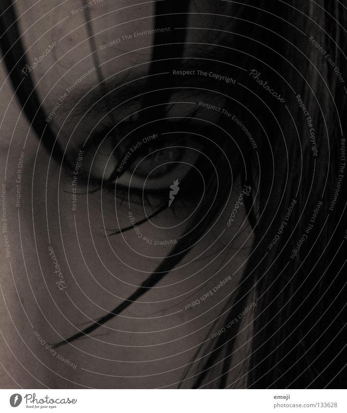evil böse Trauer nass Haarsträhne Wange dunkel Bad ungesund Wimperntusche durchdringend braun grau Teufel schwarz Jugendliche gefährlich geheimnisvoll