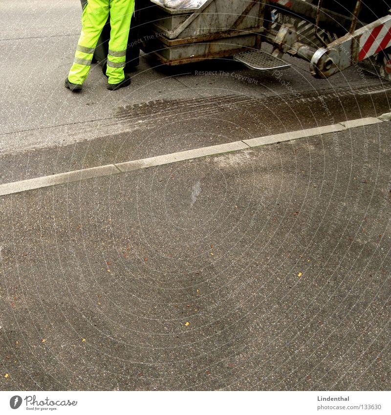 Heute ist Bio-Müll Neonlicht Hose Mann Müllmann Streifen Fass Müllbehälter Biomüll abholen Freundlichkeit winken Hebebühne Verkehr müllabführ neon-geld