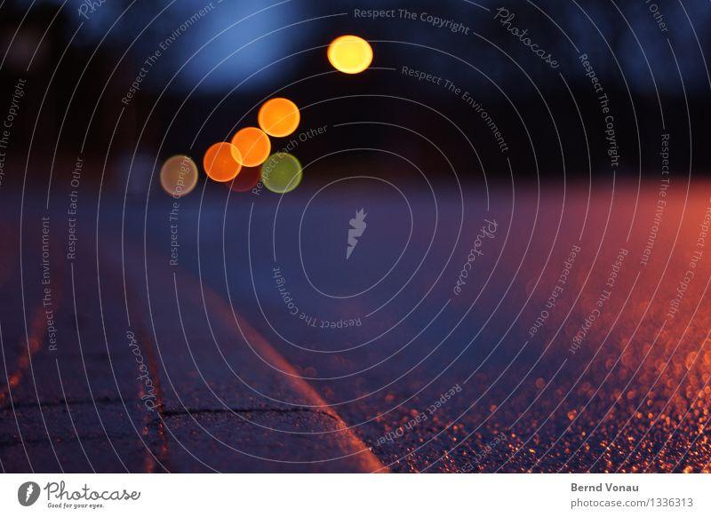 straßentheater Verkehr Verkehrsmittel Autofahren Fußgänger Straße Wege & Pfade Fahrzeug PKW blau gelb orange rot schwarz gefährlich Bordsteinkante nass Kreis