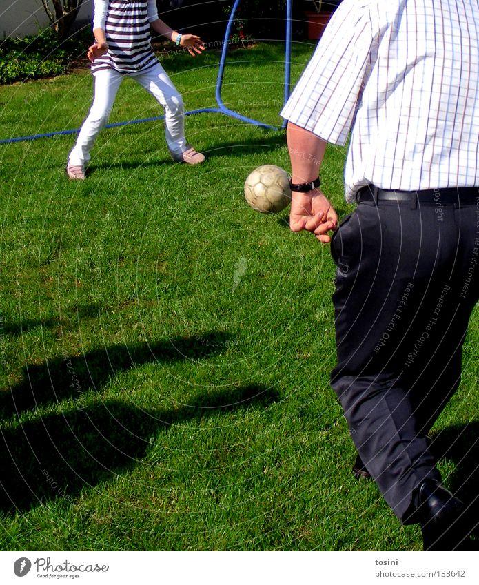 Jung gegen Alt Mann grün Gras Garten Fußball Luftverkehr rund Ball Rasen Tor Leidenschaft Anzug Fußballer Schuss Defensive treten