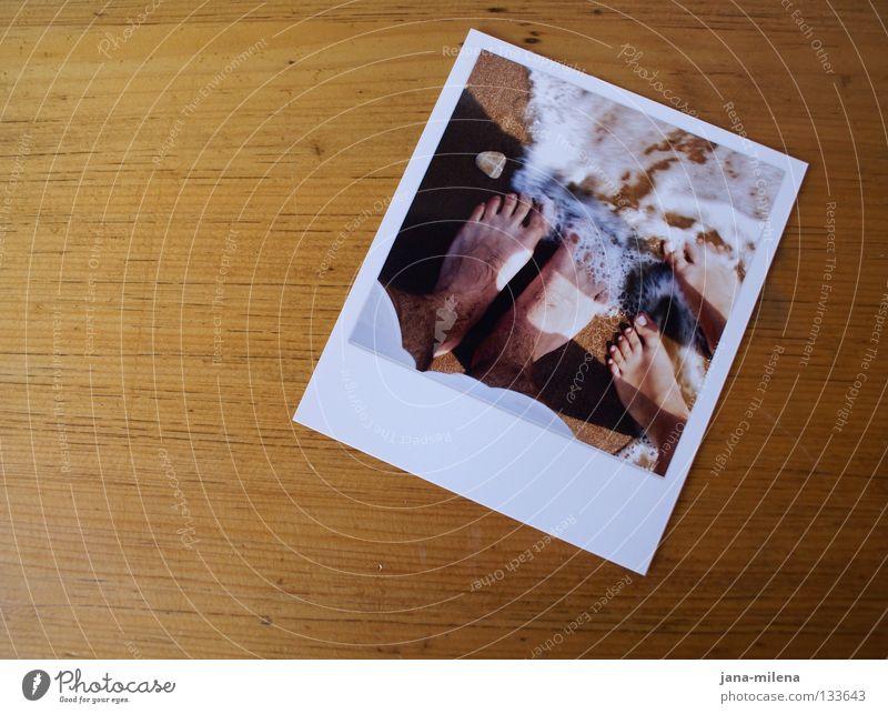 Happier days ?! Fotografie Tisch Holz Holzplatte Tischplatte braun Strand Meer Brandung Wellen Schaum Zusammensein Ferien & Urlaub & Reisen Zehen Vertrauen