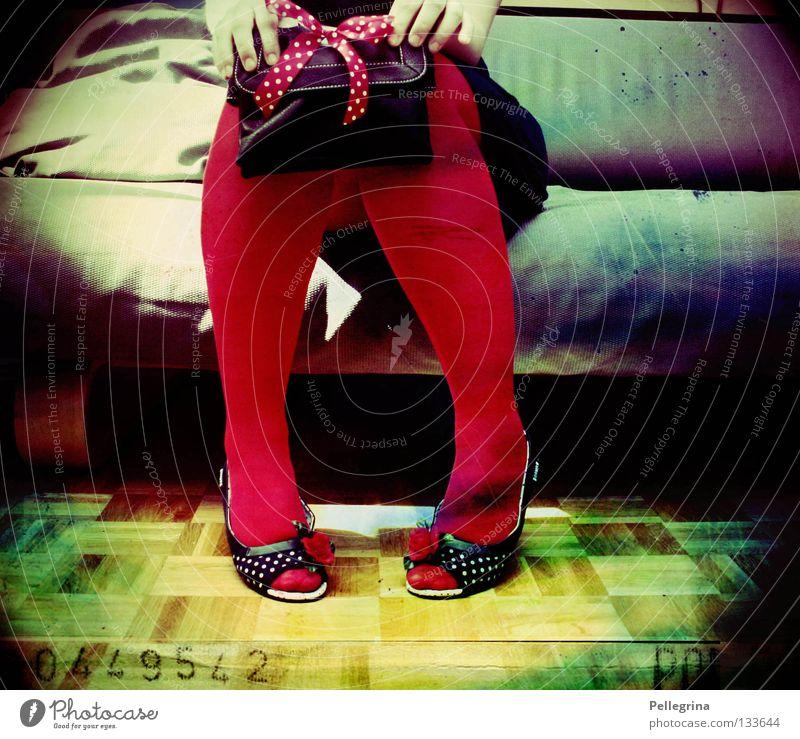 polka Frau Strümpfe Polkatänzer Tasche Sofa Parkett Hand rot intensiv Regenbogen Beine Punkt warten sitzen schatte Farbe