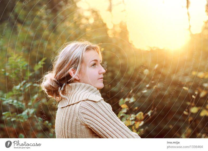 besonnen Mensch feminin Junge Frau Jugendliche Erwachsene Leben 1 18-30 Jahre 30-45 Jahre Natur Sonnenaufgang Sonnenuntergang Sonnenlicht Pullover