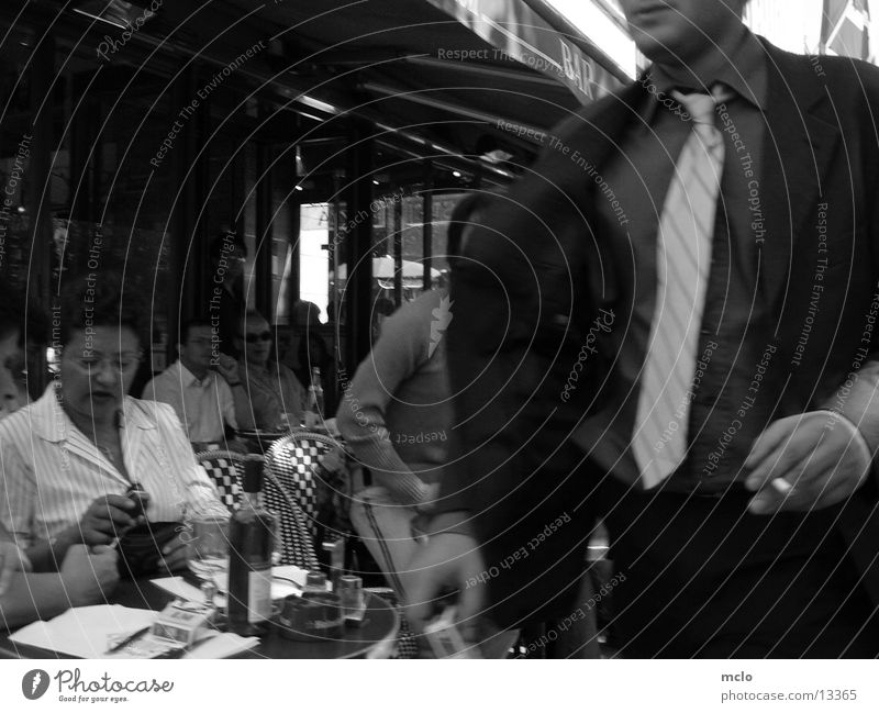 Champs Elysee Kontraste Paris Café Straßencafé Eile Menschengruppe Chaps Elysee sitzen Schwarzweißfoto