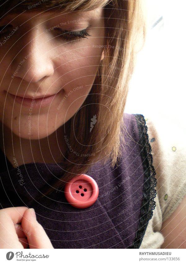 cute as a button Frau Gesicht lachen träumen Haare & Frisuren Kopf Denken braun Finger modern violett Punkt grinsen Knöpfe Rüschen