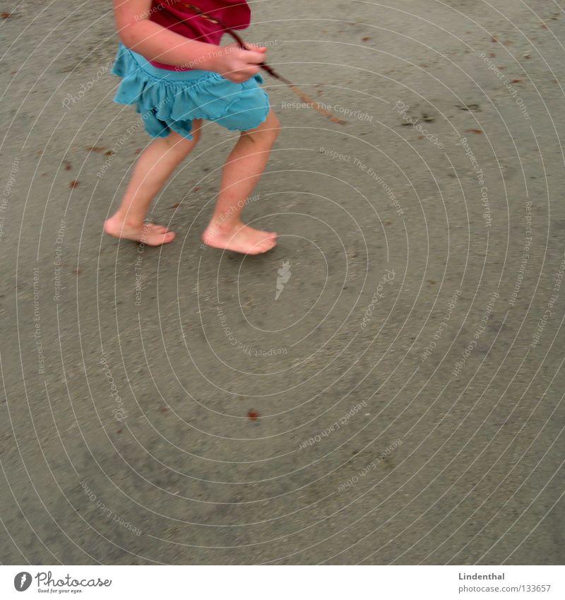 Runn'in Kind Mädchen Meer Strand Fuß Sand rosa rennen Geschwindigkeit streichen Schreibstift türkis Stock schleichen