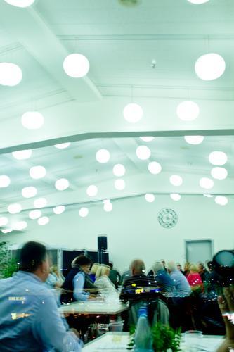Meeting Mensch Ferne Fenster Innenarchitektur Beleuchtung Zusammensein Raum Wetter Textfreiraum Hochhaus Aussicht Sitzung Irritation Fensterblick Feierabend