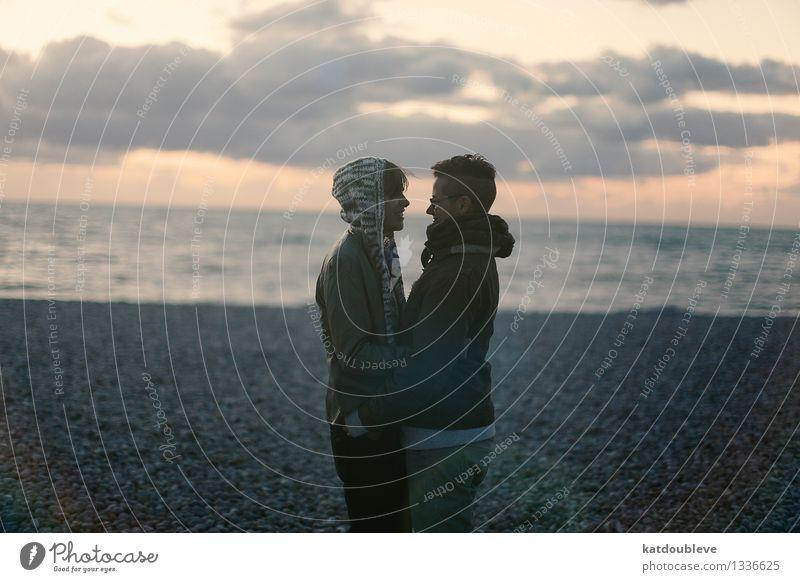 The roads you're going to find androgyn Homosexualität Paar Partner 2 Mensch Küste Strand Meer genießen Lächeln Liebe frei Zusammensein Glück kuschlig nah