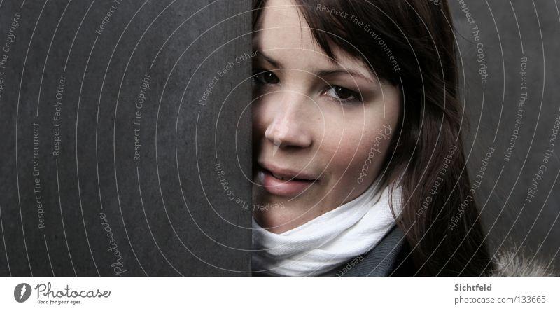 The Modern Pocahontas Frau Jugendliche schön weiß Gesicht schwarz feminin Gefühle Stil grau Mauer Mund Beton Perspektive ästhetisch Lippen