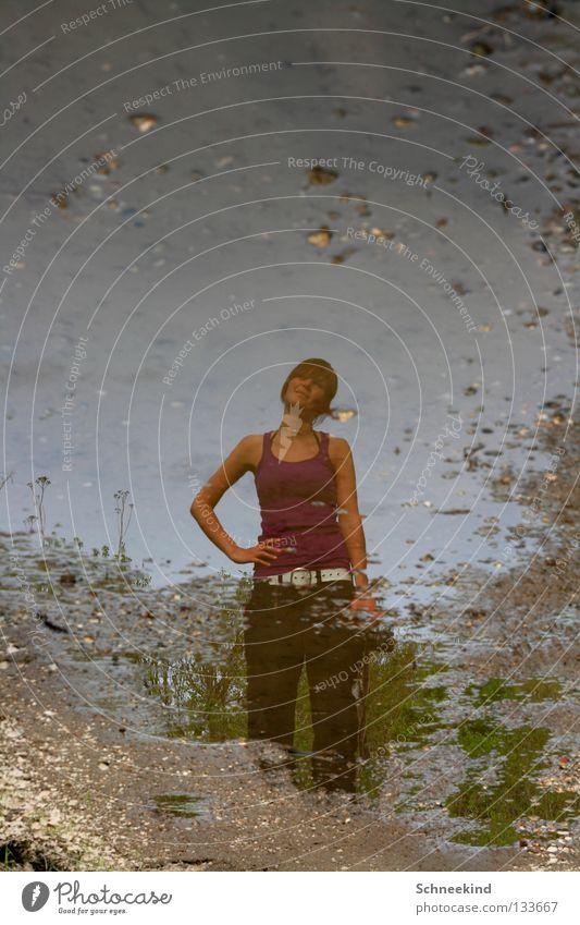 Pfützen-Schatzi Frau Wasser Freude Regen nass Ausflug Spaziergang Spiegel Pfütze Spiegelbild Kieselsteine Schotterweg