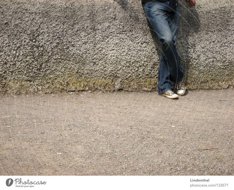Warten Mann Hand weiß grau Mauer Schuhe warten gehen Beton Jeanshose stehen Wunsch Chucks geduldig Ausdauer anlehnen