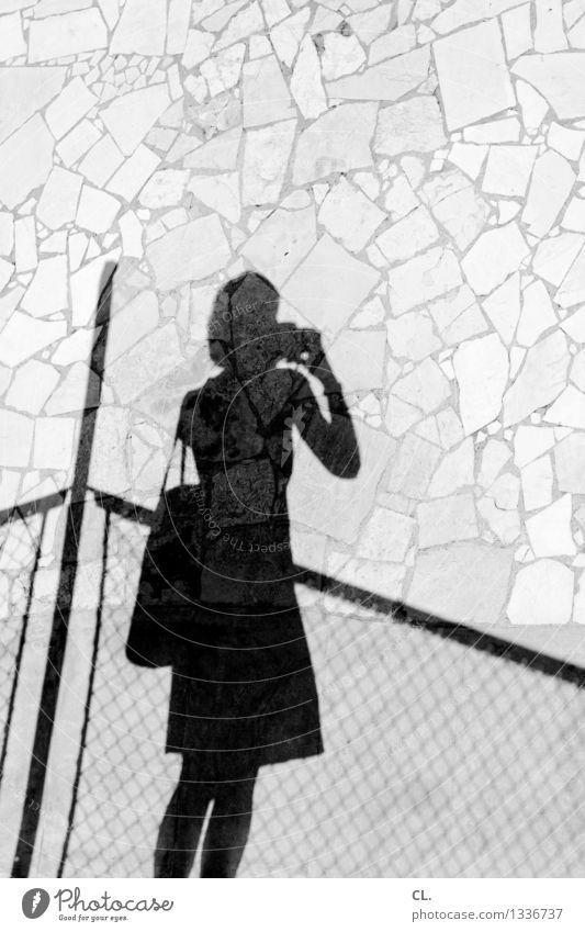 leonie macht ein foto Mensch Frau Ferien & Urlaub & Reisen Sommer Erwachsene Leben feminin Freizeit & Hobby Tourismus Ausflug Neugier Zaun Fotokamera