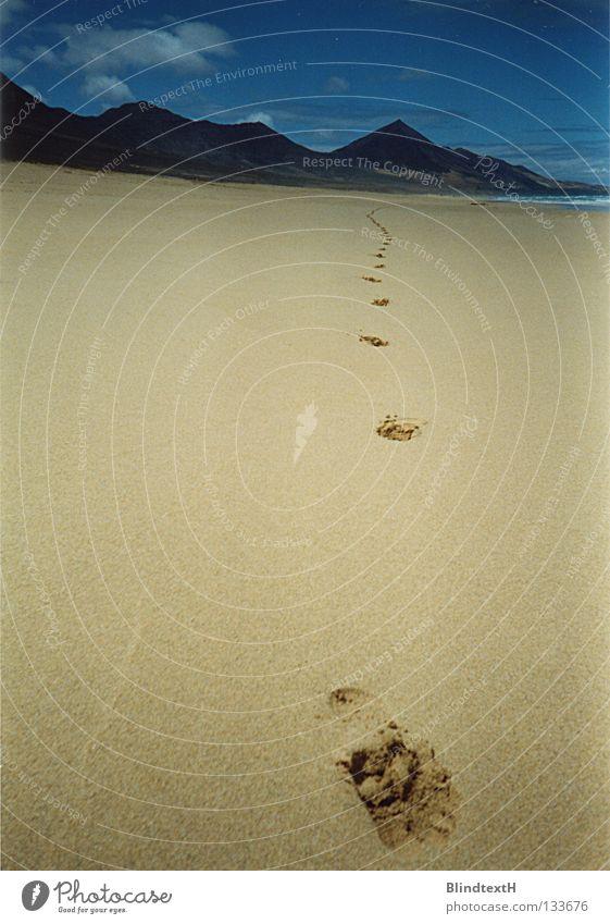 Strandläufer Himmel blau Sommer Strand Ferien & Urlaub & Reisen Wolken Einsamkeit Ferne Berge u. Gebirge Sand Küste laufen Erde Insel Ziel Spuren
