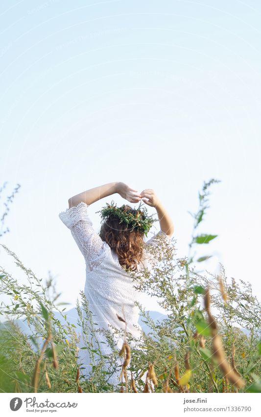 Wiesenkönigin II feminin Mädchen Junge Frau Jugendliche 13-18 Jahre Natur Landschaft Wolkenloser Himmel Schönes Wetter Pflanze Grünpflanze Feld Kranz