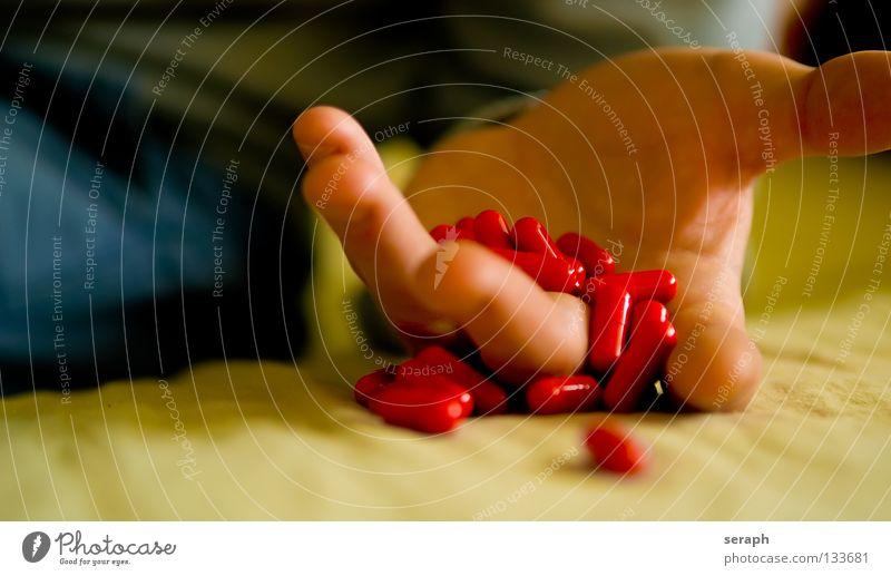 Vergiftung Hand Finger Medikament Rauschmittel Alkoholisiert Sucht Tablette Notfall Abhängigkeit ohnmächtig Kapsel Missbrauch vergiftet Drogenrausch Überdosis
