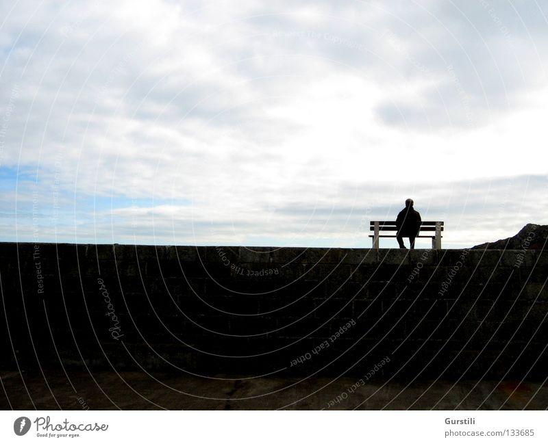 Himmelsrand III Mann Himmel Wolken Erholung Mauer Horizont sitzen Pause Bank