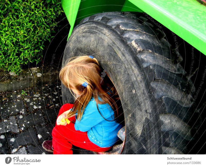 Ziemlich ungemütlich Kind grün blau Mädchen rot schwarz grau Haare & Frisuren Schuhe blond sitzen Sträucher Stoff Rad Langeweile Reifen
