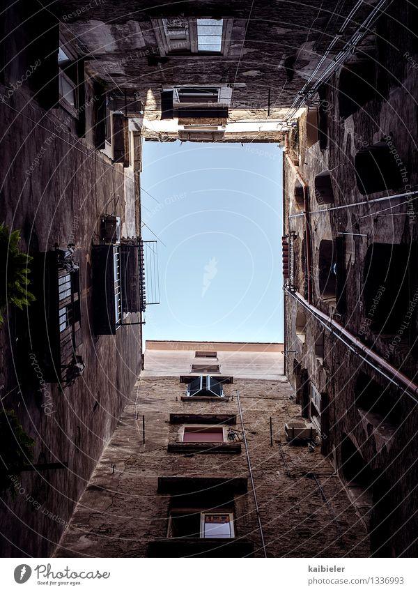 living in a box Himmel Stadt alt rot Haus dunkel Fenster Wand Architektur Gebäude Mauer braun Fassade Häusliches Leben Armut Italien