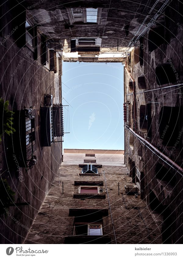 living in a box Neapel Italien Stadt Haus Gebäude Architektur Mauer Wand Fassade Balkon Fenster alt Armut dunkel eckig braun rot Häusliches Leben Hinterhof