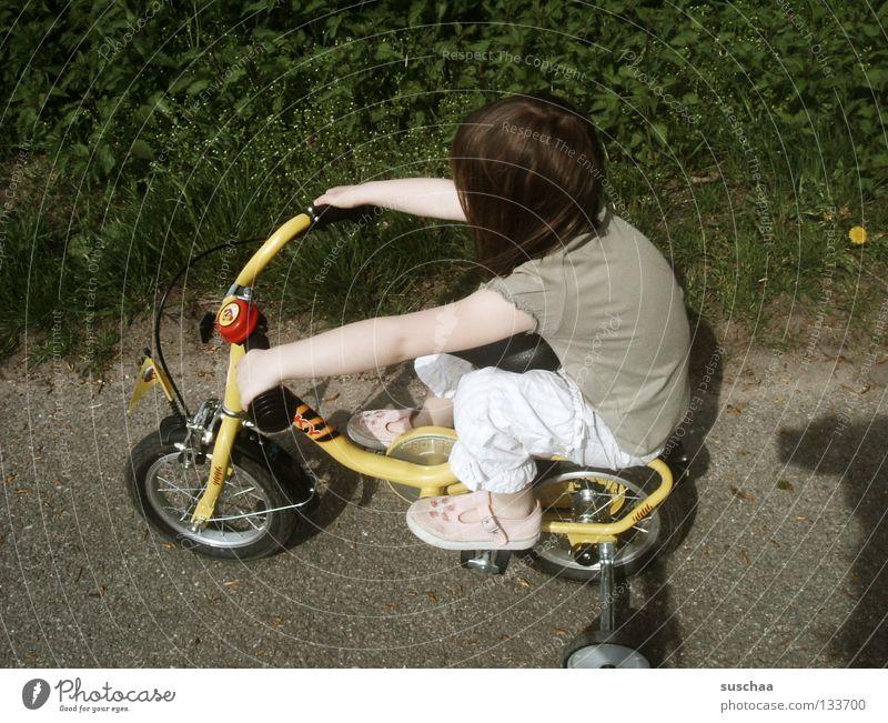 chopperfaahn Kind Mädchen Freude Straße klein sitzen fahren Freizeit & Hobby Asphalt Mut Kleinkind frech Fahrradfahren Freestyle Stunt