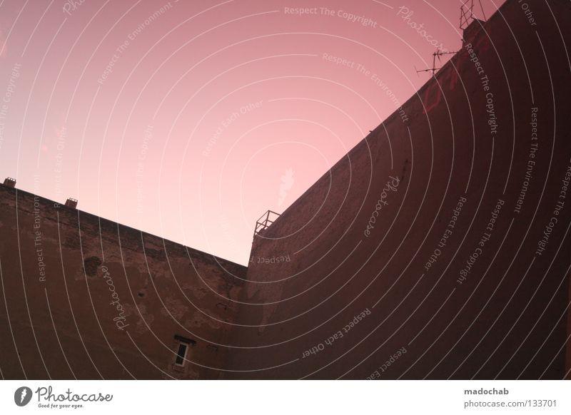 F-HAIN CHIQUE Himmel Haus Farbe Mauer Gebäude Architektur rosa Ecke verfallen Ruine Sonnenbrille Verlauf graphisch magenta Eckgebäude