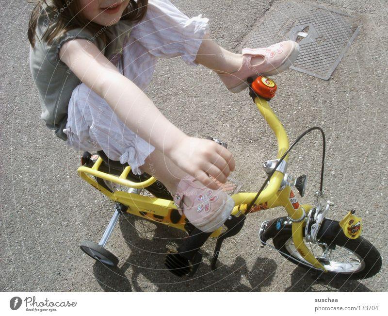 stuntkid 5 Kind Mädchen Freude Straße Fuß Beine Arme klein sitzen fahren Asphalt Mut Kleinkind Fahrradfahren frech