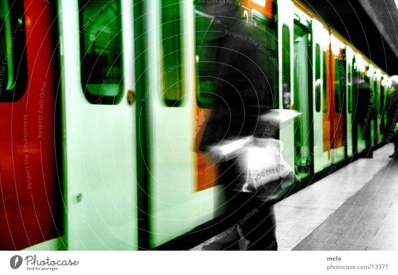 Esbahnsteig Verkehr Eisenbahn Station S-Bahn Plastiktüte einsteigen