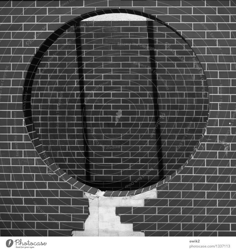 Guckloch Mauer Wand Fassade eckig einfach rund Backstein Dekoration & Verzierung Loch groß Einkaufspassage Fußgängerzone Schwarzweißfoto Außenaufnahme
