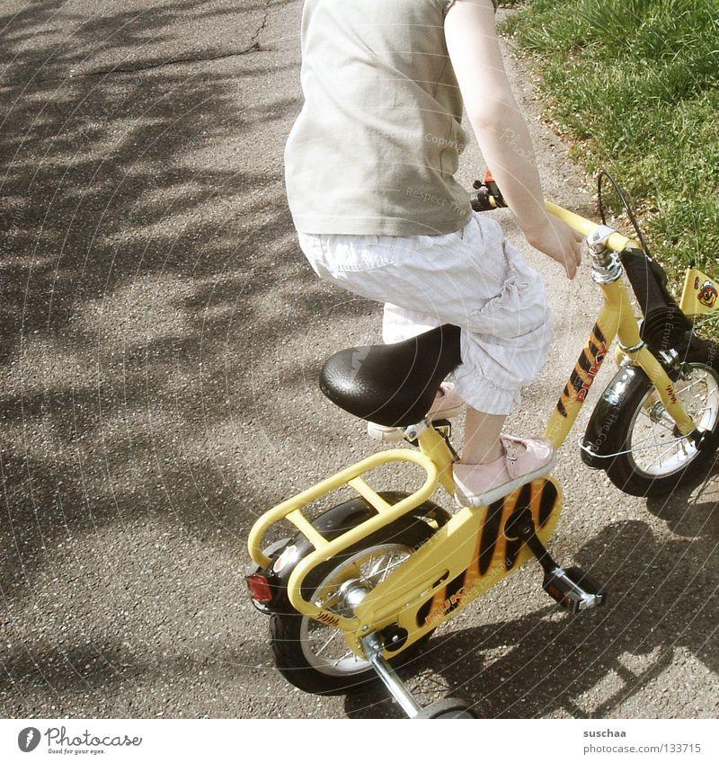 stuntkid 6 Kind Mädchen Freude Straße klein fahren stehen Asphalt Mut Kleinkind Fahrradfahren frech Freestyle Funsport Stunt