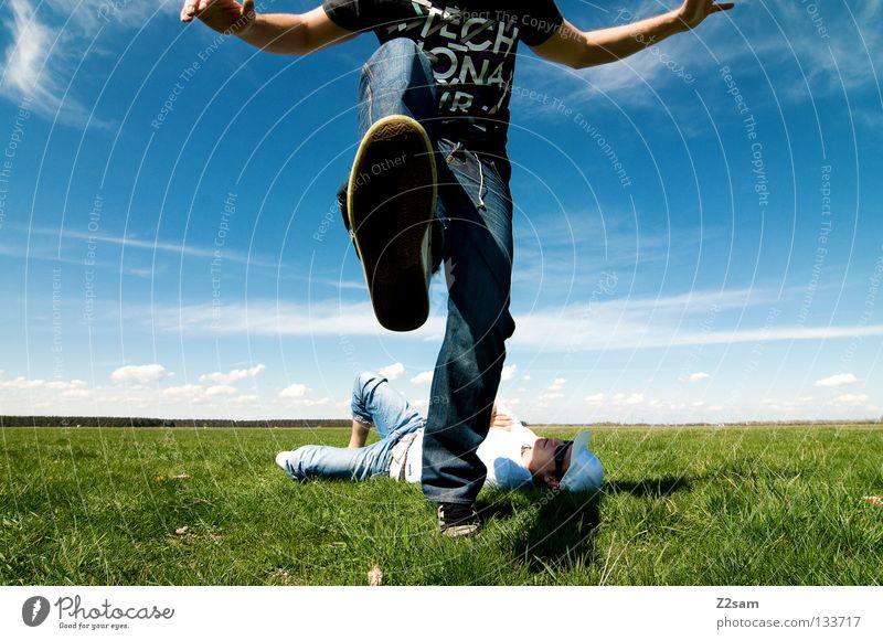 freakout sunday III Erholung Aktion April Baseballmütze genießen Gras grün hell-blau Mann maskulin Mütze ruhen Himmel Sommer Sonntag springen Stil weiß Wiese