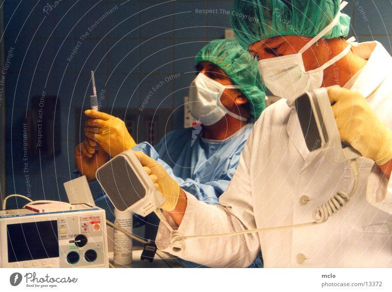 er muss leben! Arzt Wissenschaften Krankenhaus Spritze Notfall Beruf Reanimation