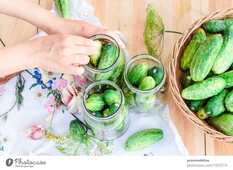 In Essig einlegende Gurken mit Hausgartengemüse und Kräutern Gemüse Kräuter & Gewürze Bioprodukte Garten Frau Erwachsene Hand Sommer frisch natürlich grün Korb